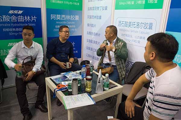 控销部经理王涛与客户洽谈